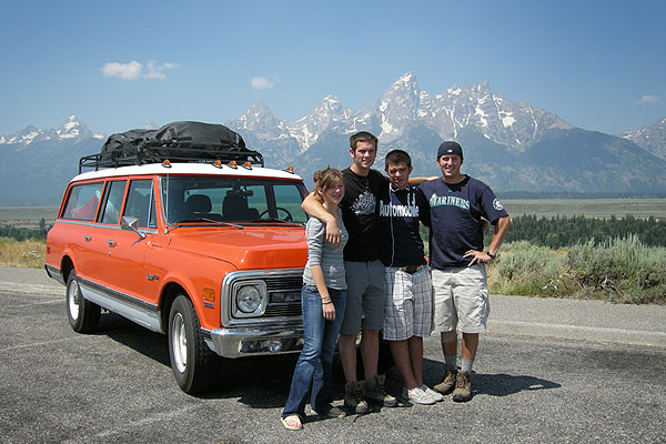 richard-griot_suburban_road-trip_family
