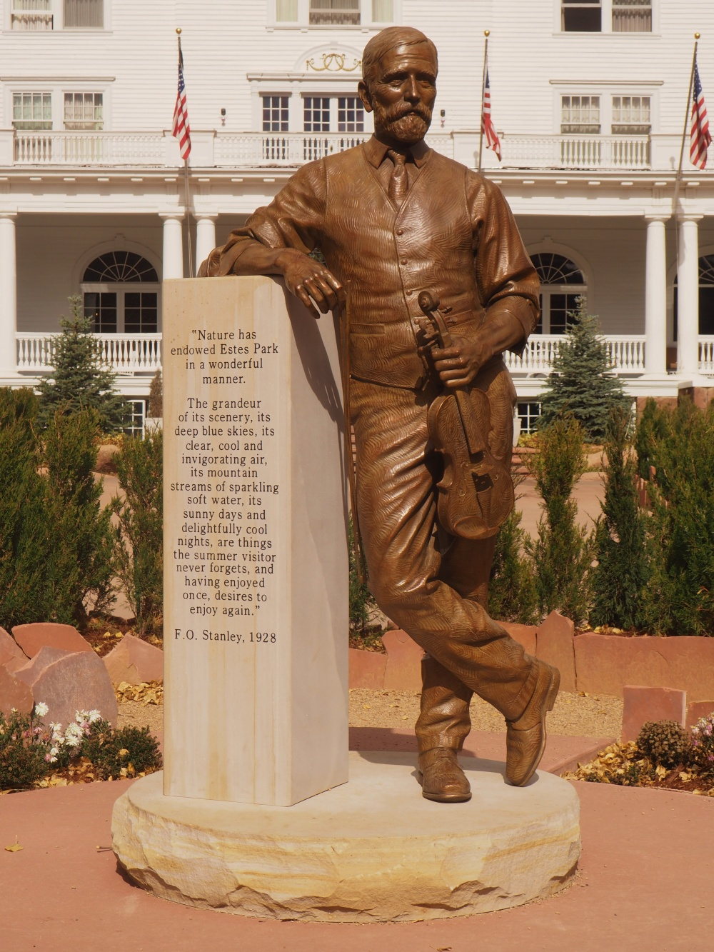 statue-of-fo-stanley-in-front-of-his-hotel